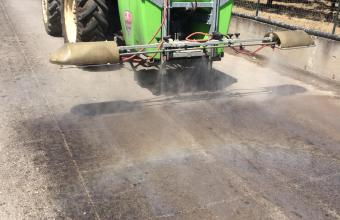 aplikace produktu na silnici okolo kompostárny s organickým i anorganickým materiálem o velikosti 2 ha